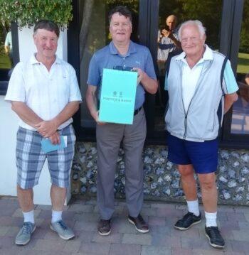 Alan Blok (Captain), Nigel Bradley with the President's Prize, Pip Burley (President)